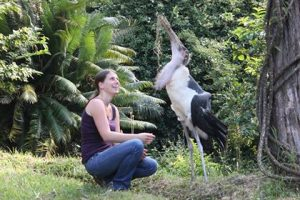Barbara Glatz mit Marabufreund Paulchen in Tansania in einer Tierauffangstation