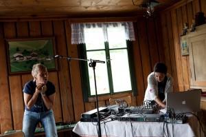 Mia Zabelka und Zara Mani auf der Bürghütte in Stuhlfelden