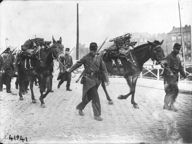 French soldiers pulling mules (gallica.fr)